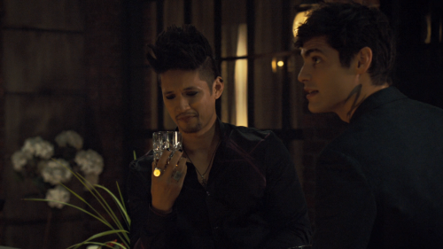 Shadowhunters.S03E02.The.Powers.That.Be.720p.AMZN.WEB-DL.DDP5.1.H.264-NTb.mkv_snapshot_36.21_2018.04.07_17.09.48.png